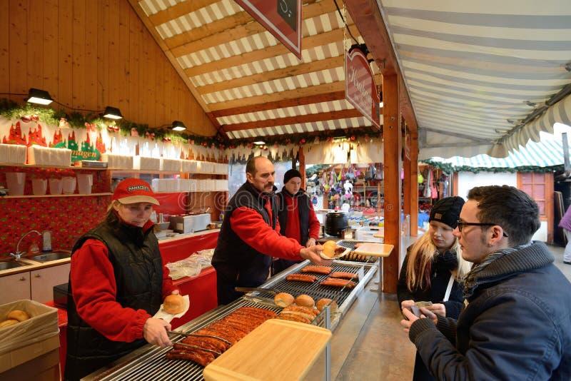 La gente negocia la comida en feria de la Navidad foto de archivo