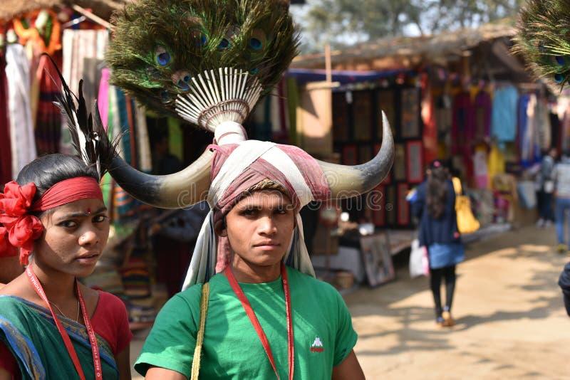 La gente nei vestiti tribali tradizionali e nel godere dell'India della fiera fotografia stock libera da diritti