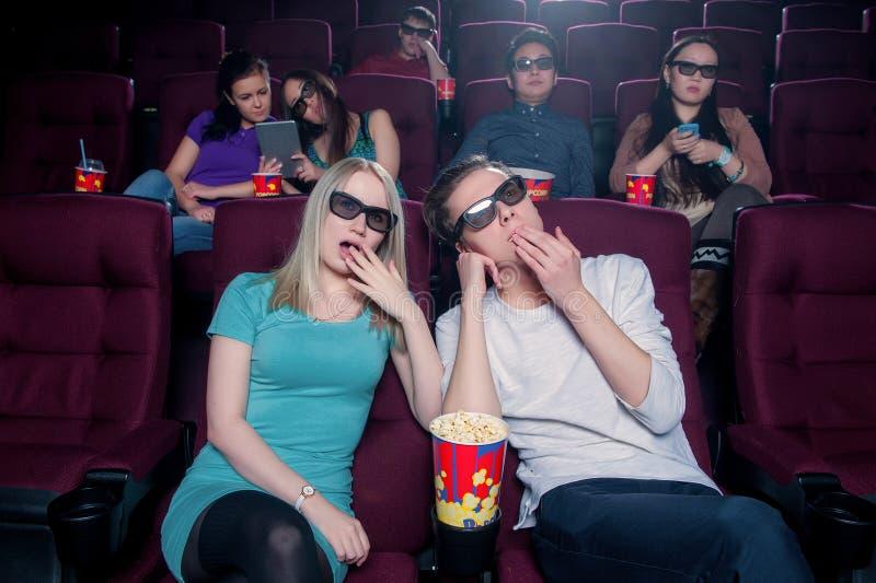 La gente nel cinema che indossa i vetri 3d fotografie stock libere da diritti