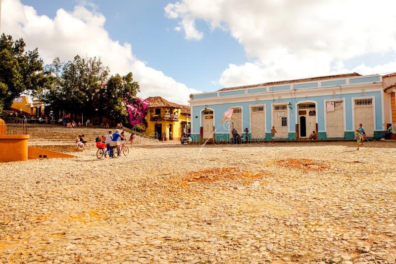 La gente nel quadrato principale di Trinidad, Cuba fotografia stock