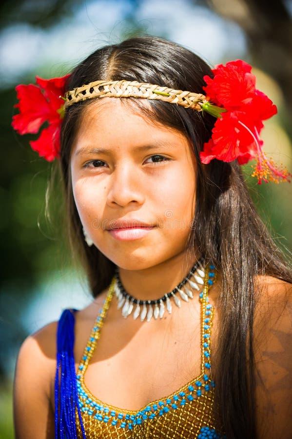 La gente nel VILLAGGIO di EMBERA, PANAMA immagini stock libere da diritti