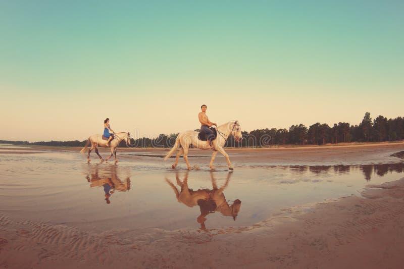 La gente nell'amore al tramonto nel mare immagine stock libera da diritti