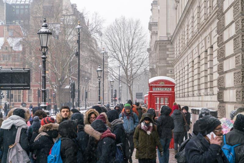 La gente nella copertura di Londra dalla neve immagini stock libere da diritti