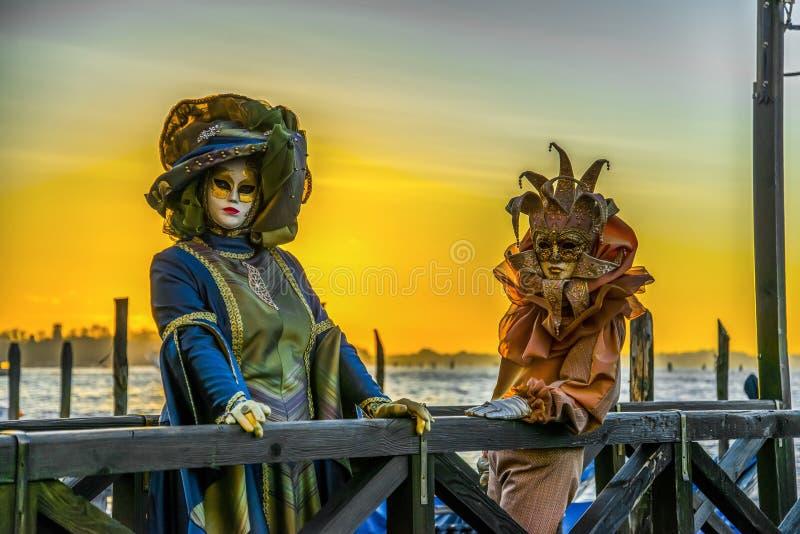 La gente nelle maschere e costumi sul carnevale veneziano immagine stock