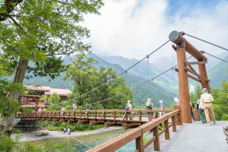 La gente no identificada se relaja en Kamikochi en Nagano Japón el 12 de julio de 2016 imagen de archivo libre de regalías