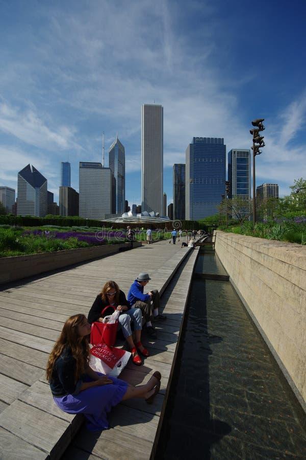 La gente no identificada se relaja y goza en el parque del milenio imagen de archivo libre de regalías