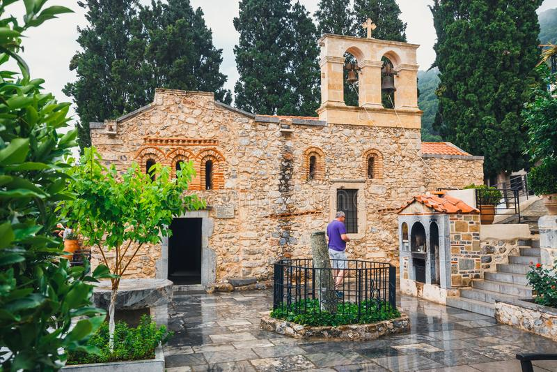 La gente no identificada visita el monasterio antiguo Kera Kardiotissa en la isla de Creta, Grecia fotografía de archivo