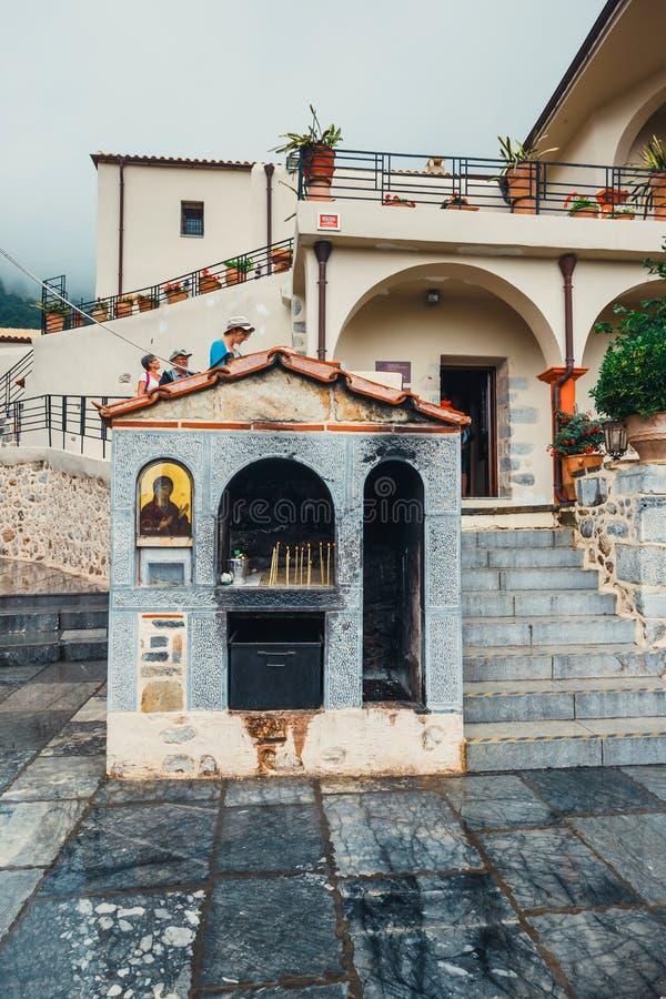 La gente no identificada visita el monasterio antiguo Kera Kardiotissa en la isla de Creta, Grecia imagenes de archivo