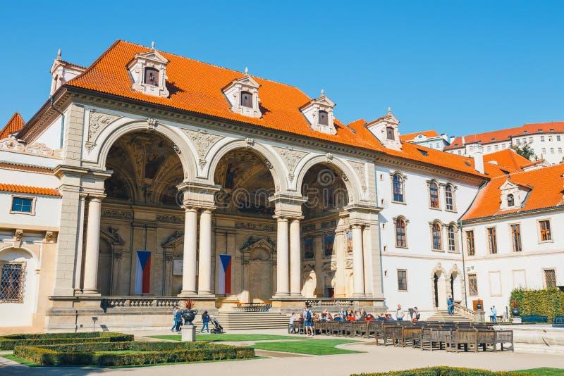 La gente no identificada visita el palacio de Wallenstein actualmente el hogar del senado checo en P foto de archivo libre de regalías