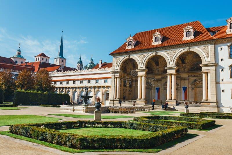 La gente no identificada visita el palacio de Wallenstein actualmente el hogar del senado checo en P imagenes de archivo