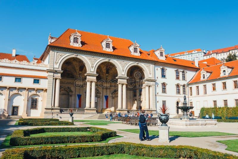 La gente no identificada visita el palacio de Wallenstein actualmente el hogar del senado checo en P fotografía de archivo libre de regalías