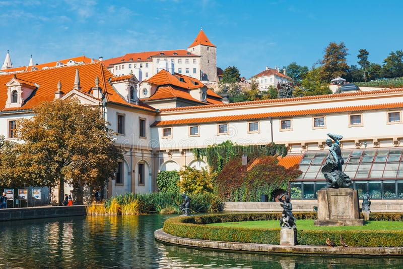 La gente no identificada visita el palacio de Wallenstein actualmente el hogar del senado checo en P imagen de archivo