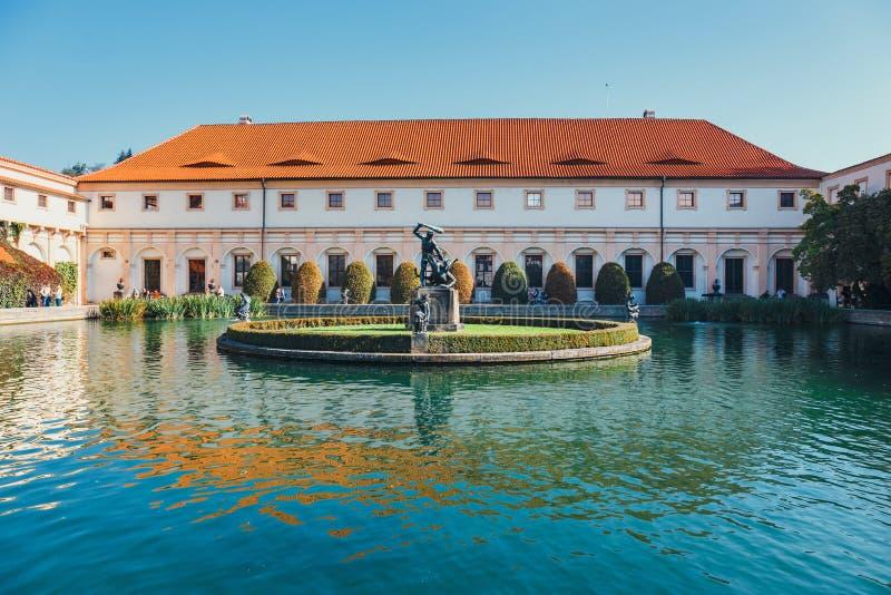 La gente no identificada visita el palacio de Wallenstein actualmente el hogar del senado checo en P fotos de archivo libres de regalías