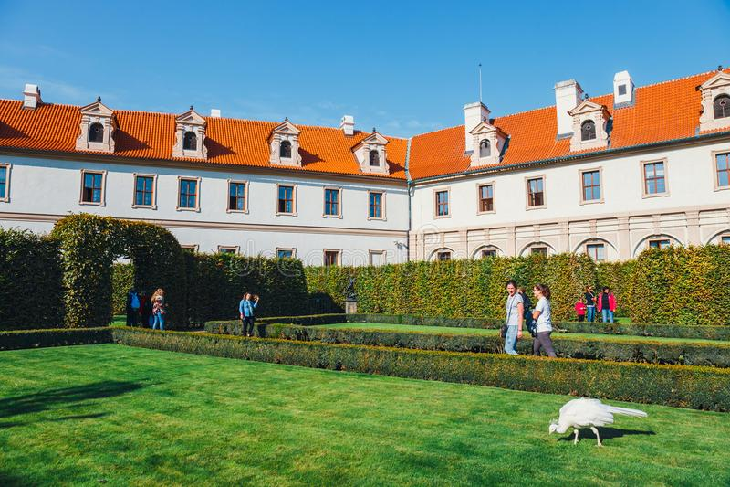 La gente no identificada visita el palacio de Wallenstein actualmente el hogar del senado checo en P foto de archivo