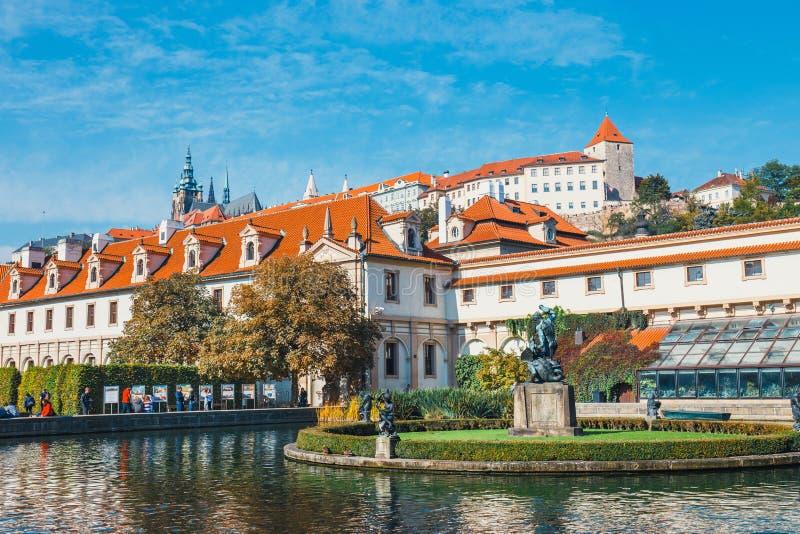 La gente no identificada visita el palacio de Wallenstein actualmente el hogar del senado checo en P imagen de archivo libre de regalías