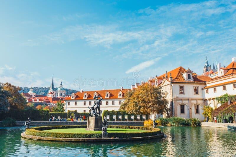 La gente no identificada visita el palacio de Wallenstein actualmente el hogar del senado checo en P imágenes de archivo libres de regalías