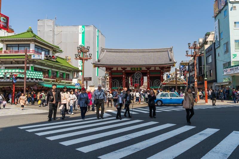 La gente no identificada visita la puerta de Kaminarimon del templo de Sensoji en Asakusa, Tokio, Jap?n fotografía de archivo libre de regalías