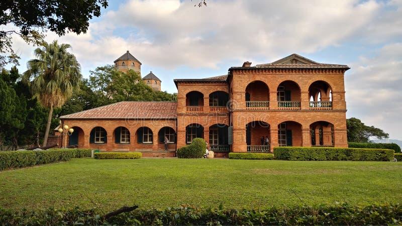 La gente no identificada visita la residencia británica anterior Tam del consulado imagenes de archivo