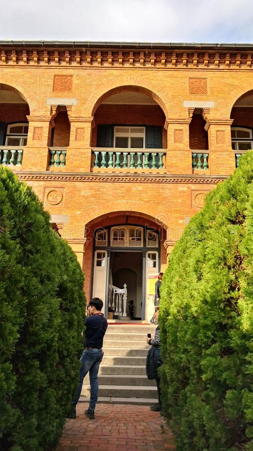 La gente no identificada visita la residencia británica anterior Tam del consulado imagen de archivo libre de regalías