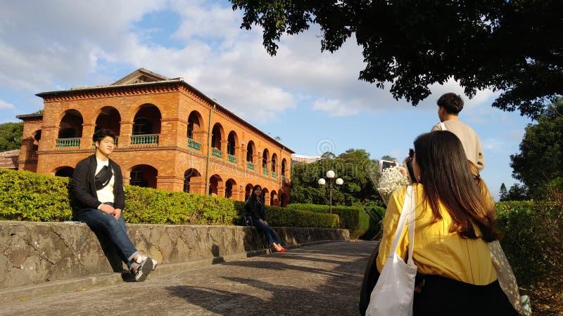 La gente no identificada visita la residencia británica anterior Tam del consulado foto de archivo