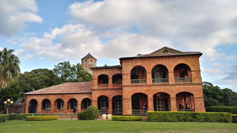 La gente no identificada visita la residencia británica anterior Tam del consulado fotos de archivo
