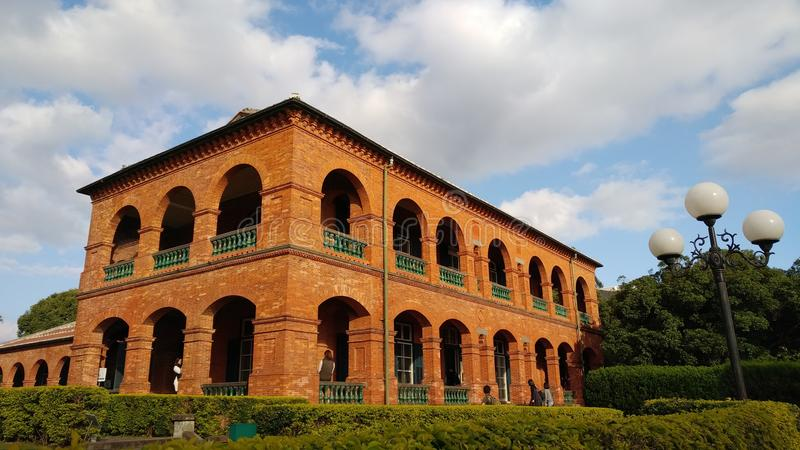 La gente no identificada visita la residencia británica anterior Tam del consulado imagen de archivo
