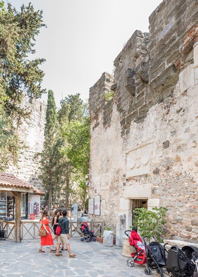 La gente non identificata cammina ed esplora nel castello di Bodrum fotografia stock libera da diritti