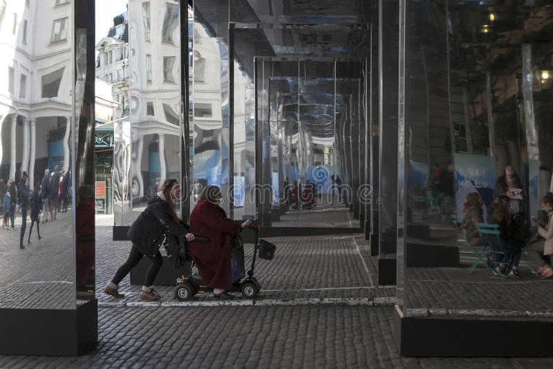 La gente non identificata davanti al giardino di Covent commercializza il corridoio agosto immagini stock libere da diritti