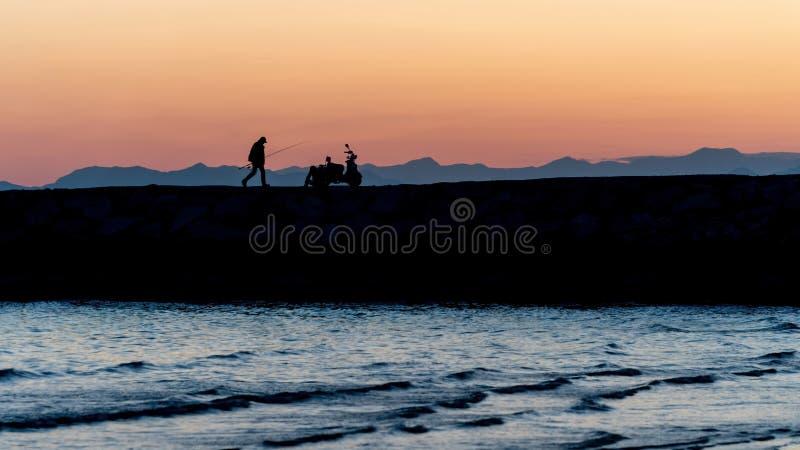 La gente non identificata profila la camminata durante il tramonto nel lato, Adalia, Turchia fotografia stock libera da diritti