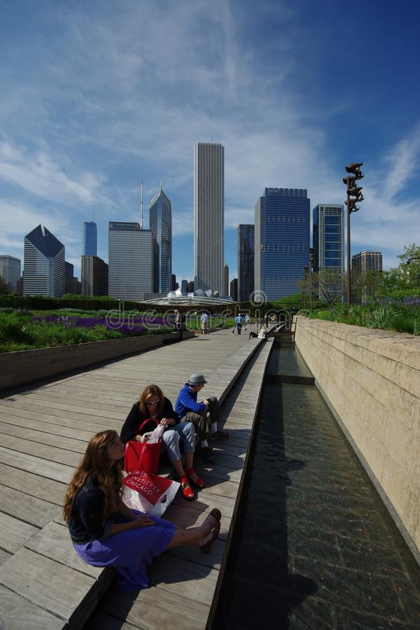 La gente non identificata si rilassa e gode di al parco di millennio immagine stock libera da diritti
