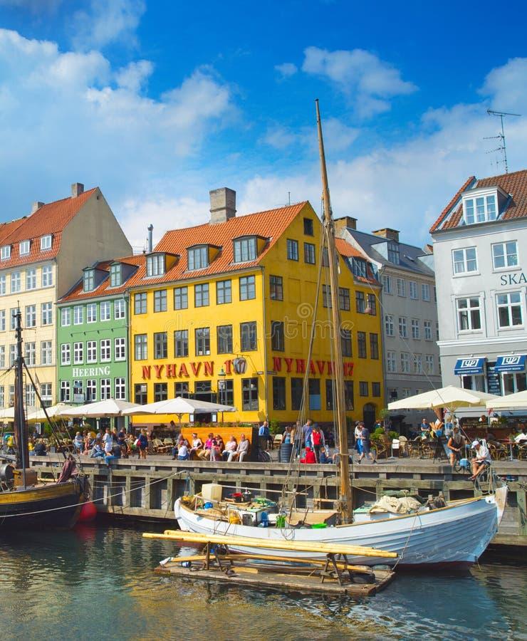 La gente a Nyhavn è un lungomare, un canale e un distretto del XVII secolo di spettacolo a Copenhaghen, Danimarca fotografie stock libere da diritti