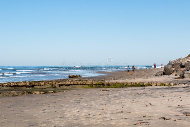 La gente pareggia e cammina sulla spiaggia del ` s dei swami in Encinitas, la California immagine stock libera da diritti