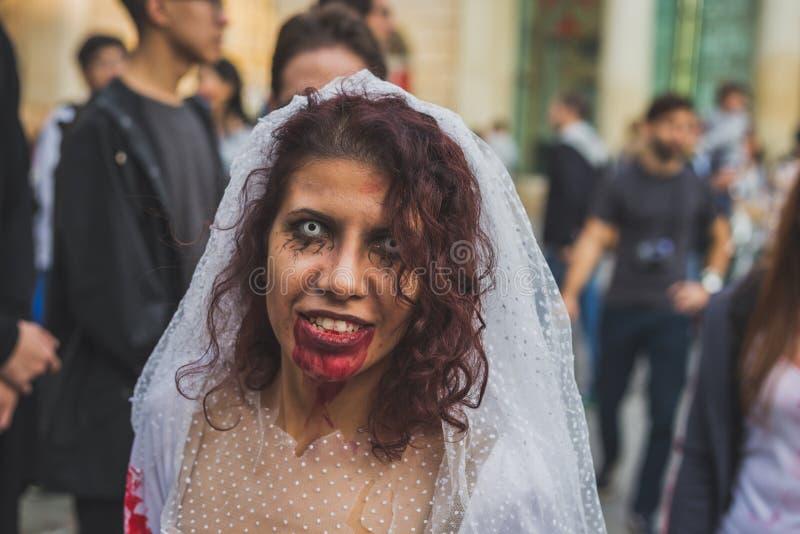 La gente participa en el paseo 2015 del zombi en Milán, Italia imágenes de archivo libres de regalías