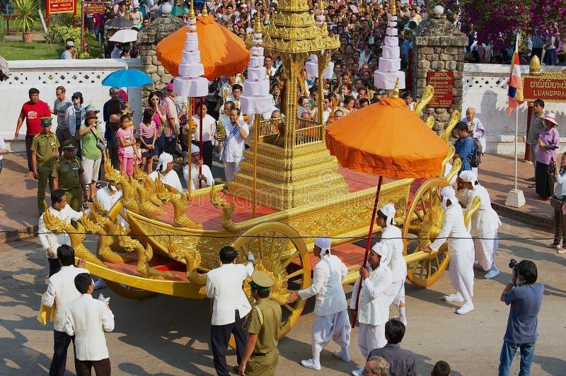 La gente participa en la procesión religiosa durante las celebraciones de Phi Mai Lao New Year en Luang Prabang, Laos imagenes de archivo