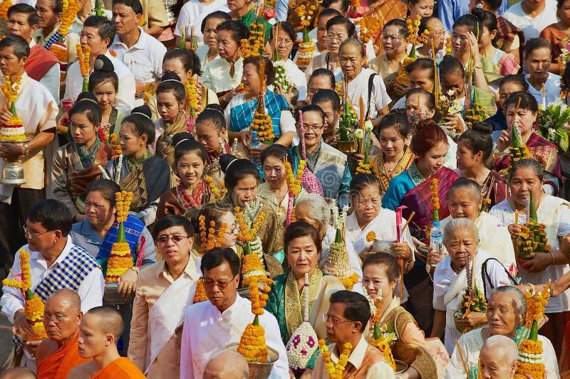 La gente participa en la procesión religiosa durante las celebraciones de Phi Mai Lao New Year en Luang Prabang, Laos fotos de archivo