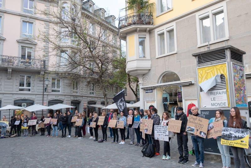 La gente participa en protesta de la calle contra la matanza animal imágenes de archivo libres de regalías