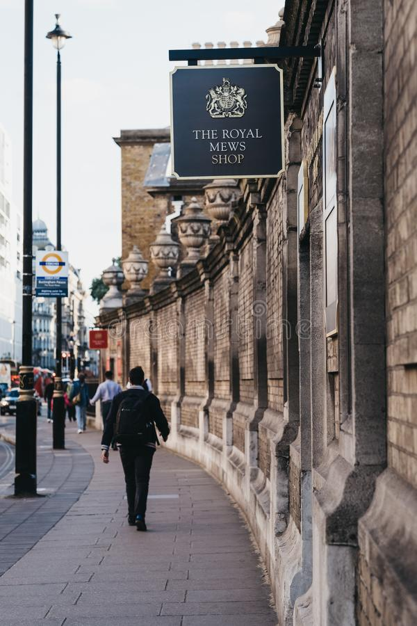 La gente pasa por la tienda Royal Mews en Buckingham Palace, Londres, Reino Unido foto de archivo