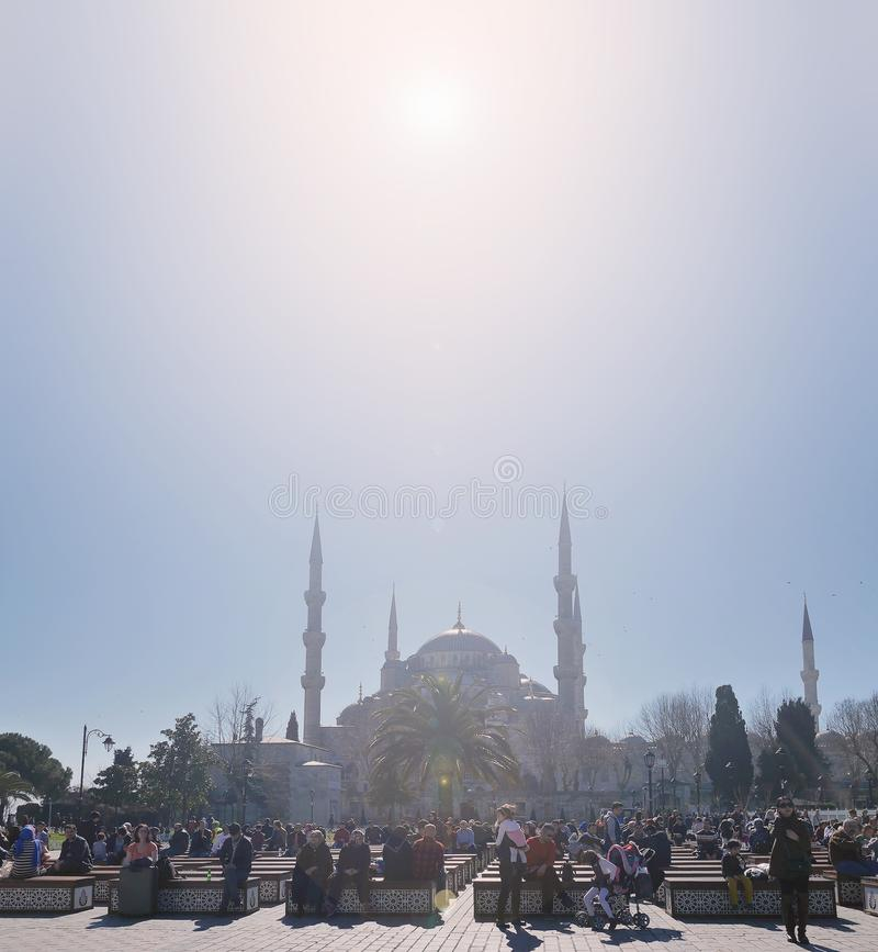 La gente passa domenica ad un parco fra Sultan Ahmed Mosque, o moschea blu e Hagia Sophia o Ayasofya fotografia stock