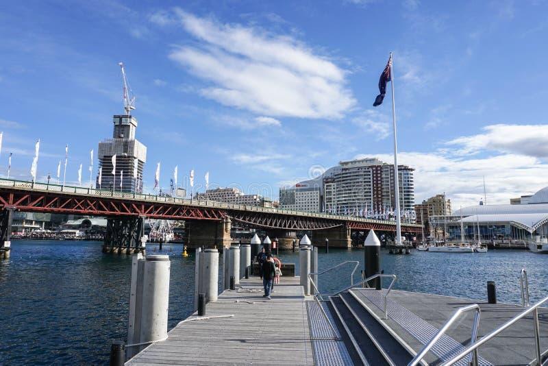 La gente passa il tempo a Darling Harbour a Sydney fotografia stock