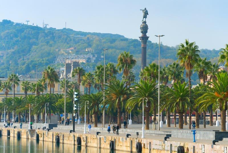 La gente passeggia monumento di Bacelona Columbus fotografia stock libera da diritti