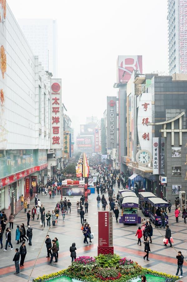 La gente passeggia in una strada dei negozi Chengdu, Cina fotografia stock