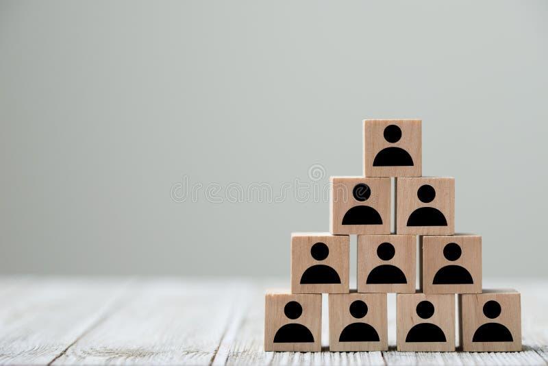 La gente perfila el icono en la forma de la pirámide para un concepto de la organización imagen de archivo libre de regalías
