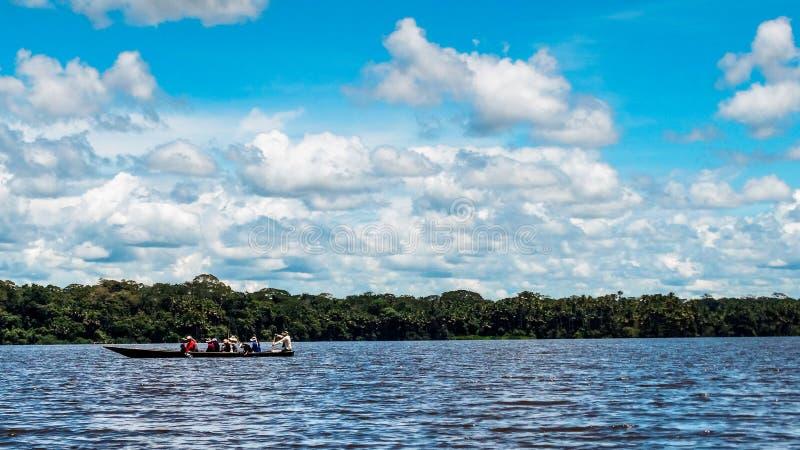 La gente peruana está tirando de un barco fotos de archivo