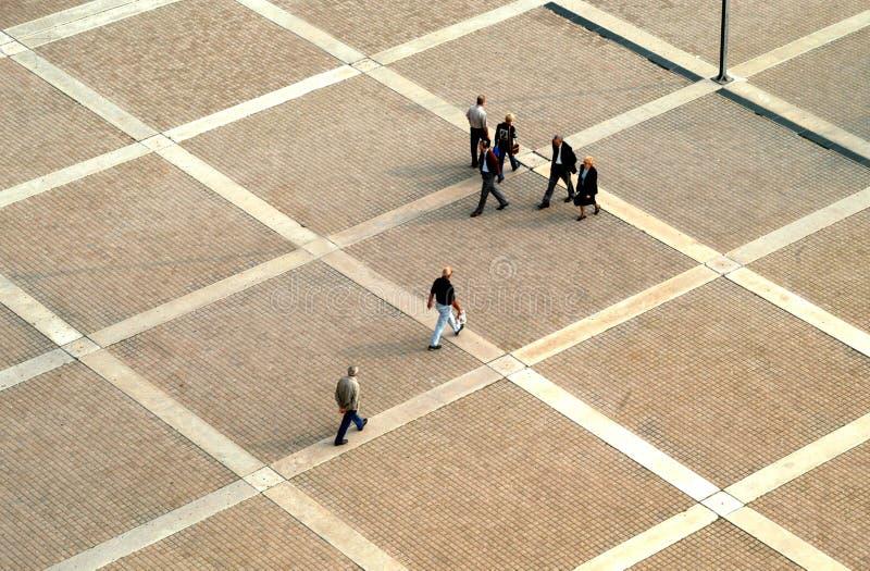 La gente in plaza immagine stock
