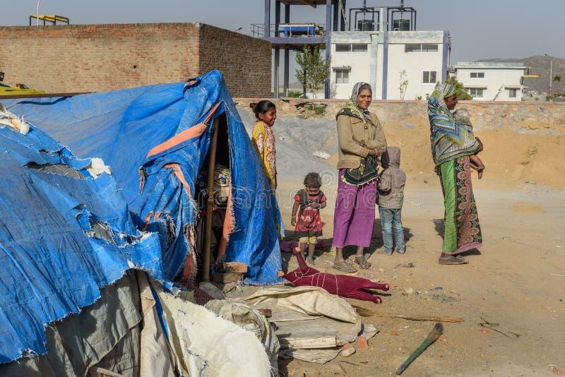 La gente pobre viene con la familia a la ciudad del pueblo para el trabajo Y ellos que viven en la calle en hogar de la tienda Aj fotos de archivo libres de regalías