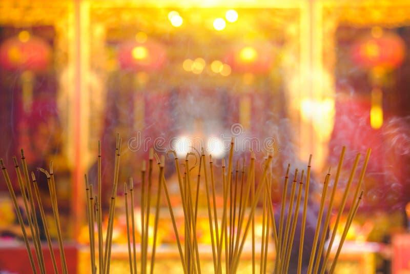 La gente prega il rispetto con la combustione di incenso per il dio nel capodanno cinese fotografie stock