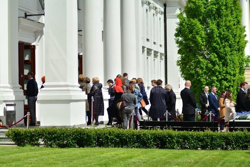 La gente prima della riunione con il presidente del Consiglio europeo all'universit? di Varsavia ?Costituzione di rispetto ? immagini stock libere da diritti