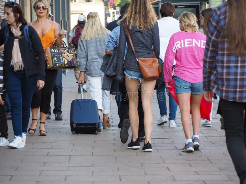 La gente in principi Street a Edimburgo immagini stock