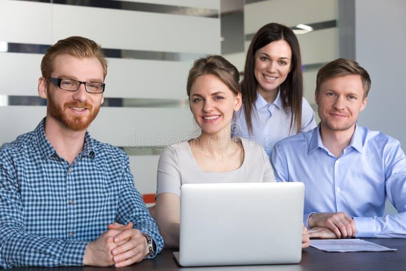 La gente professionale millenaria sorridente con il capo femminile team la p immagini stock