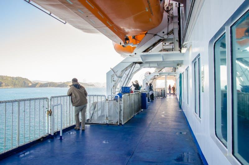La gente puede exploración vista en la cubierta del transbordador de Strait del cocinero del Interisander en Nueva Zelanda imágenes de archivo libres de regalías